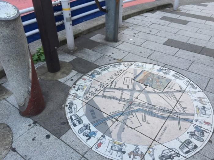 新宿追分交差点歩道のレリーフ