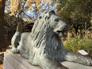 三囲神社境内のライオン