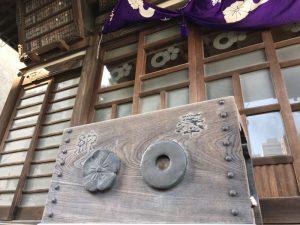清正公寺の賽銭箱、加藤家の蛇の目の家紋