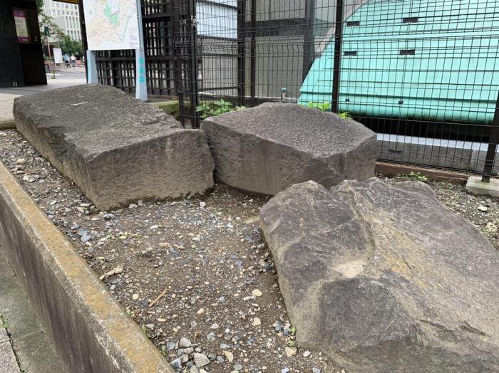発掘された石材